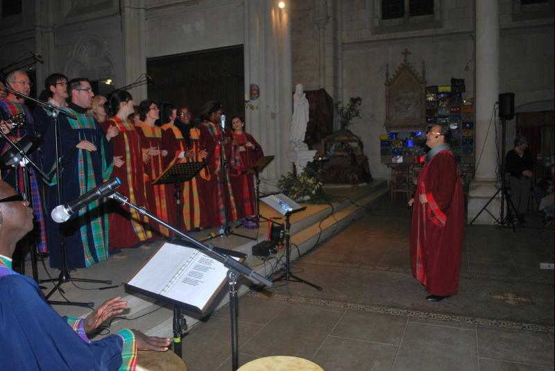 Chef de la chorale devant ses choristes